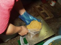 味噌は、粒をつぶさないように手でつめます